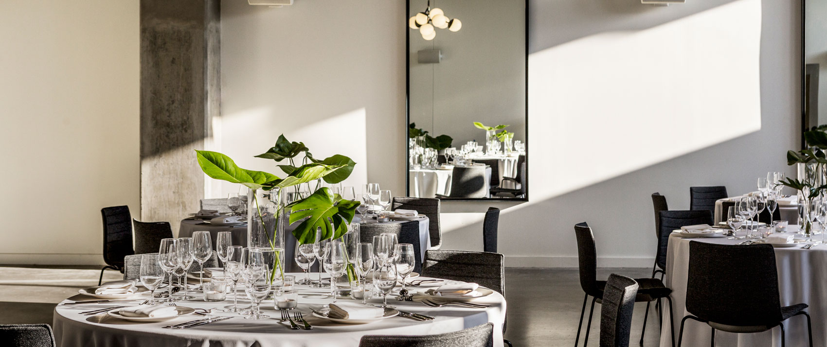 dinner-reception-rounds-natural-light-with-mirror-everly-hollywood